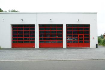Feuerwehr-Sektionaltor mit Schlupftür rechts